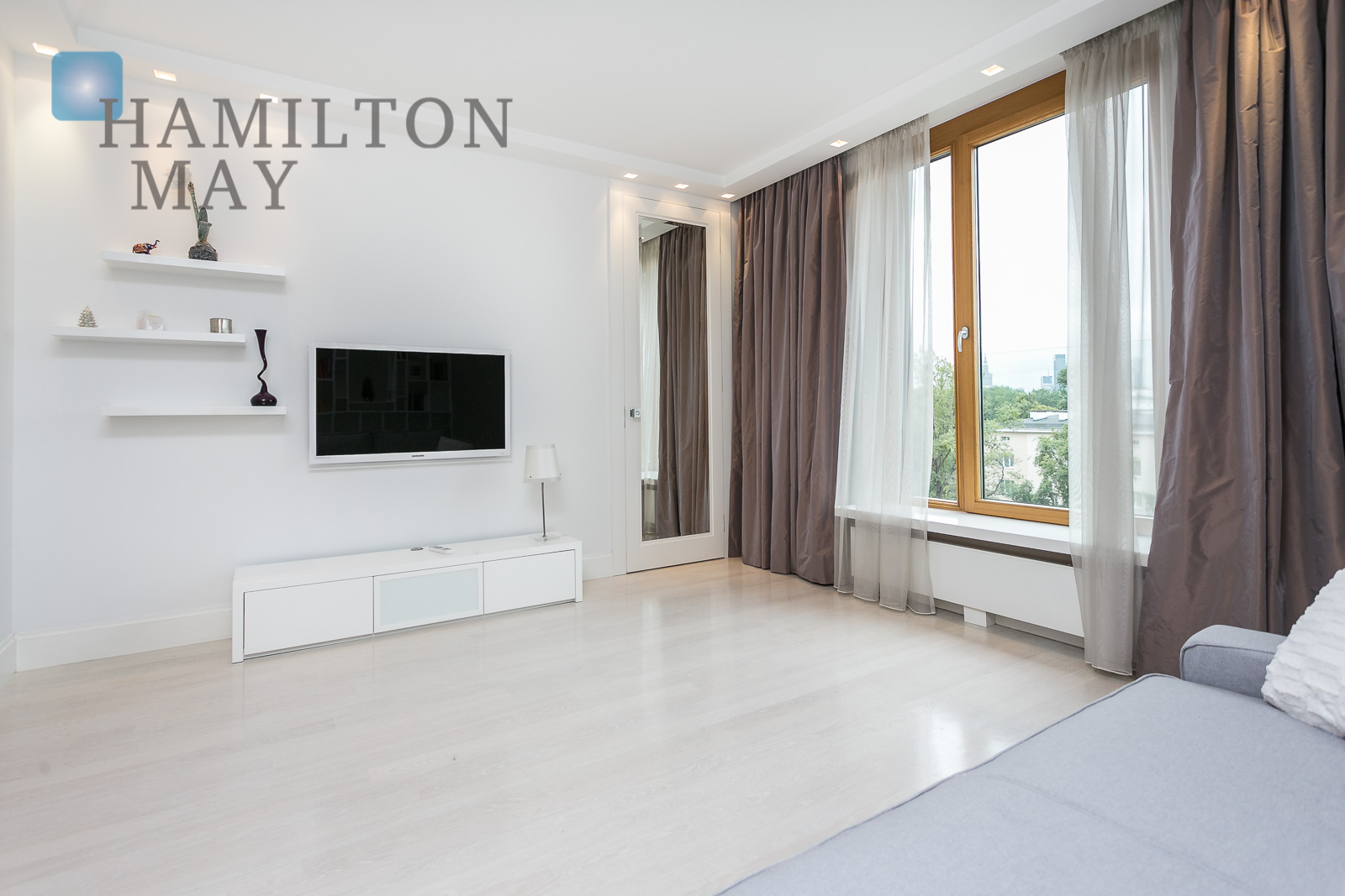 An elegant apartment in soft, white colors in the Trio Apartments development Warsaw for rent