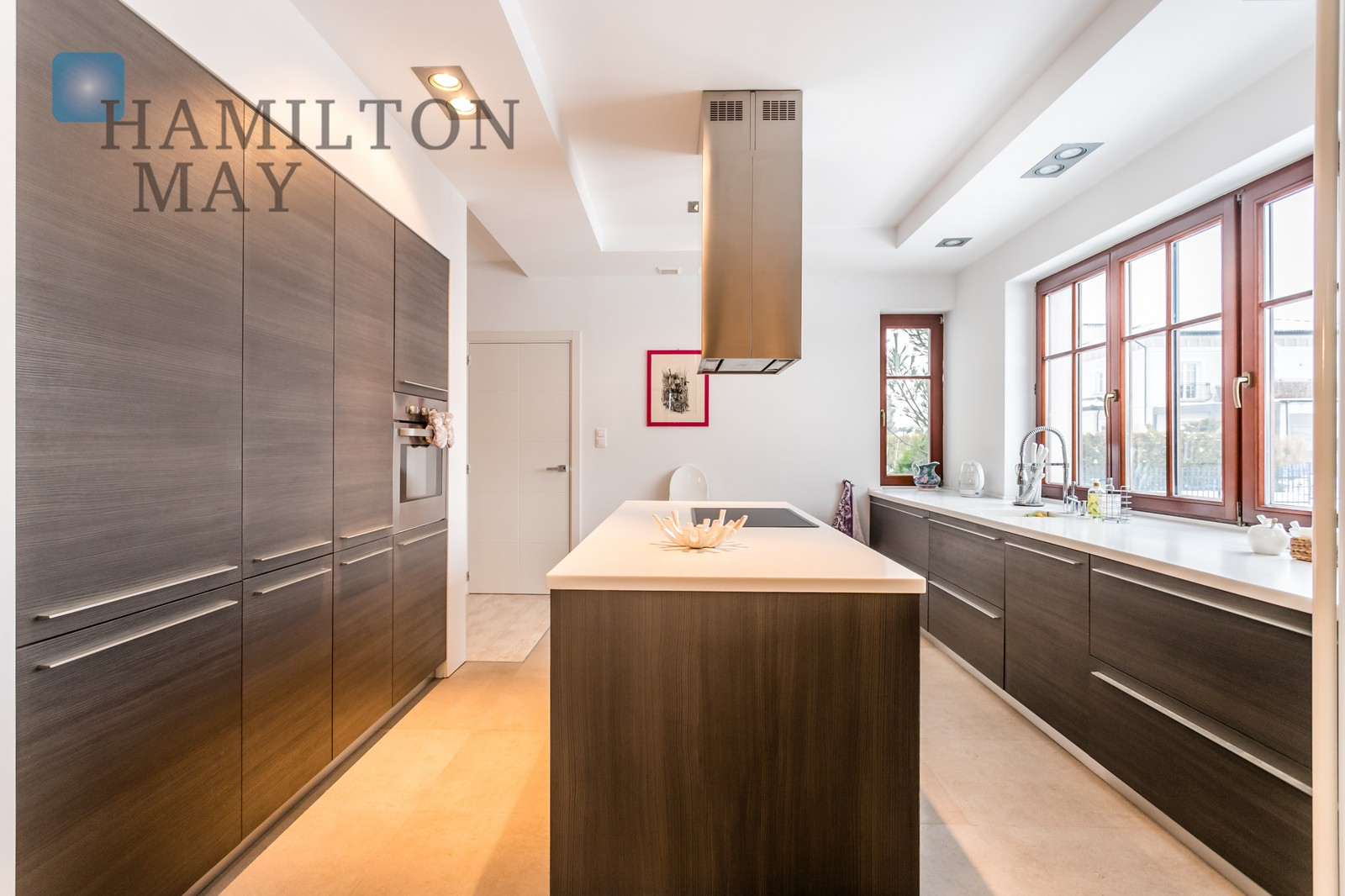 A single-family house with a very nice architecture located in a closed, elegant estate Villa Moderna in the close suburbs of Warsaw Warsaw for rent