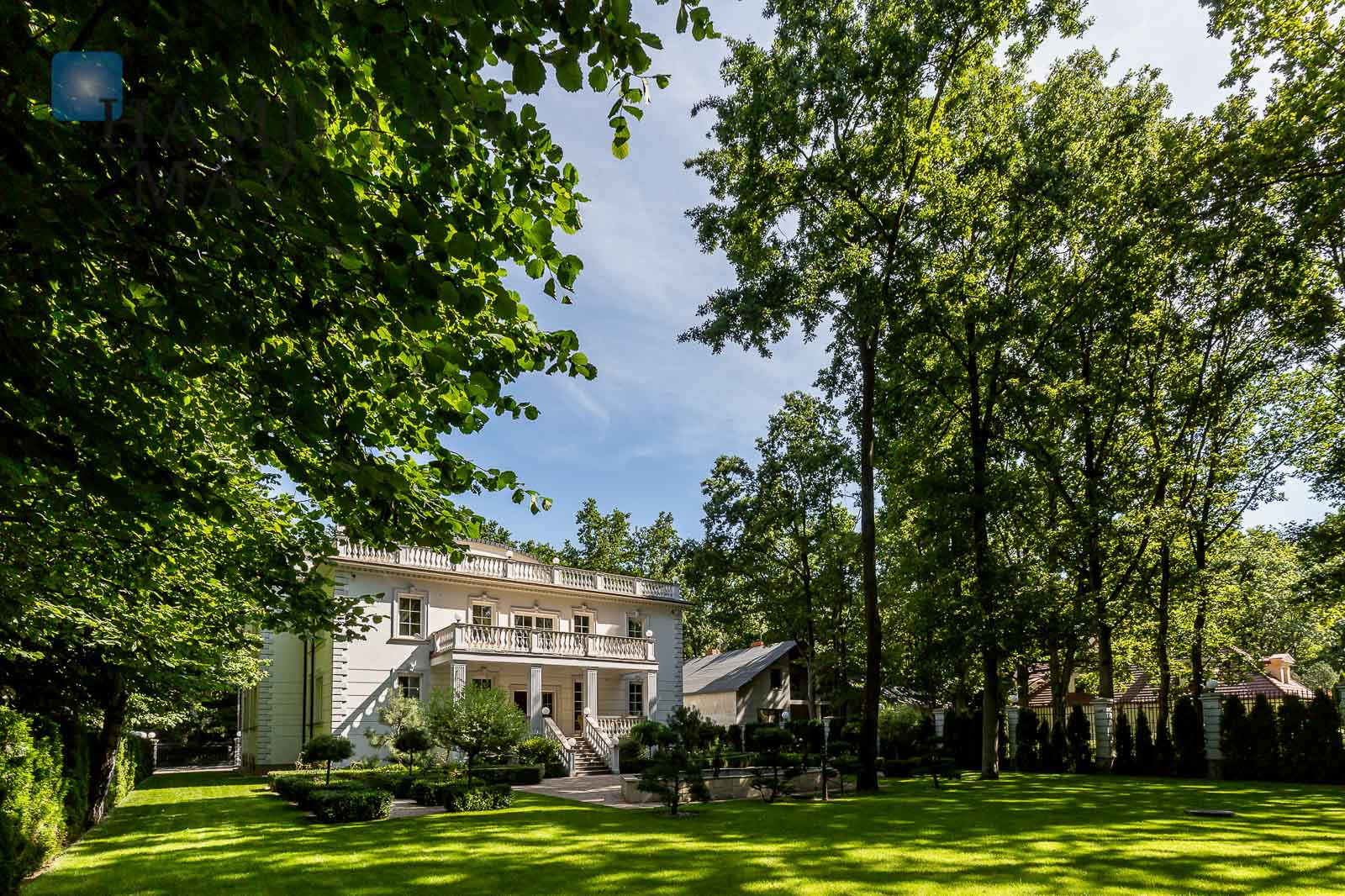 A luxurious residence with a pool, located in Wawer Warsaw for rent