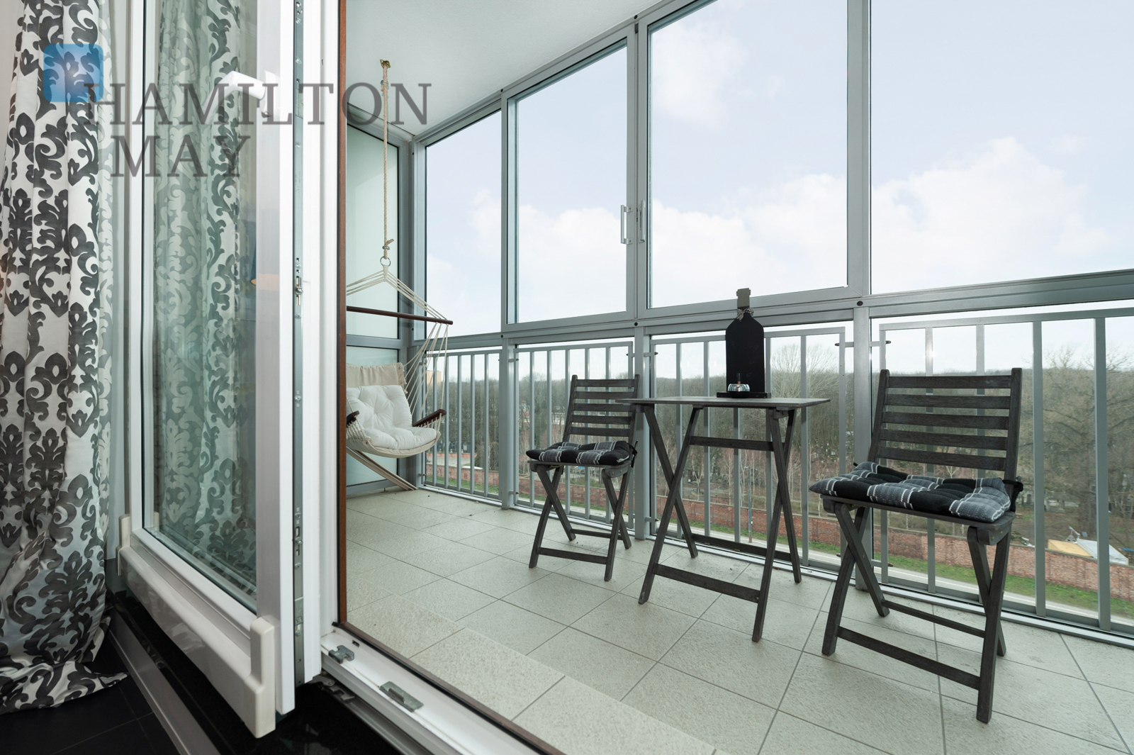 A modern and comfortable two bedroom apartment by the Klif shopping center Warsaw for rent