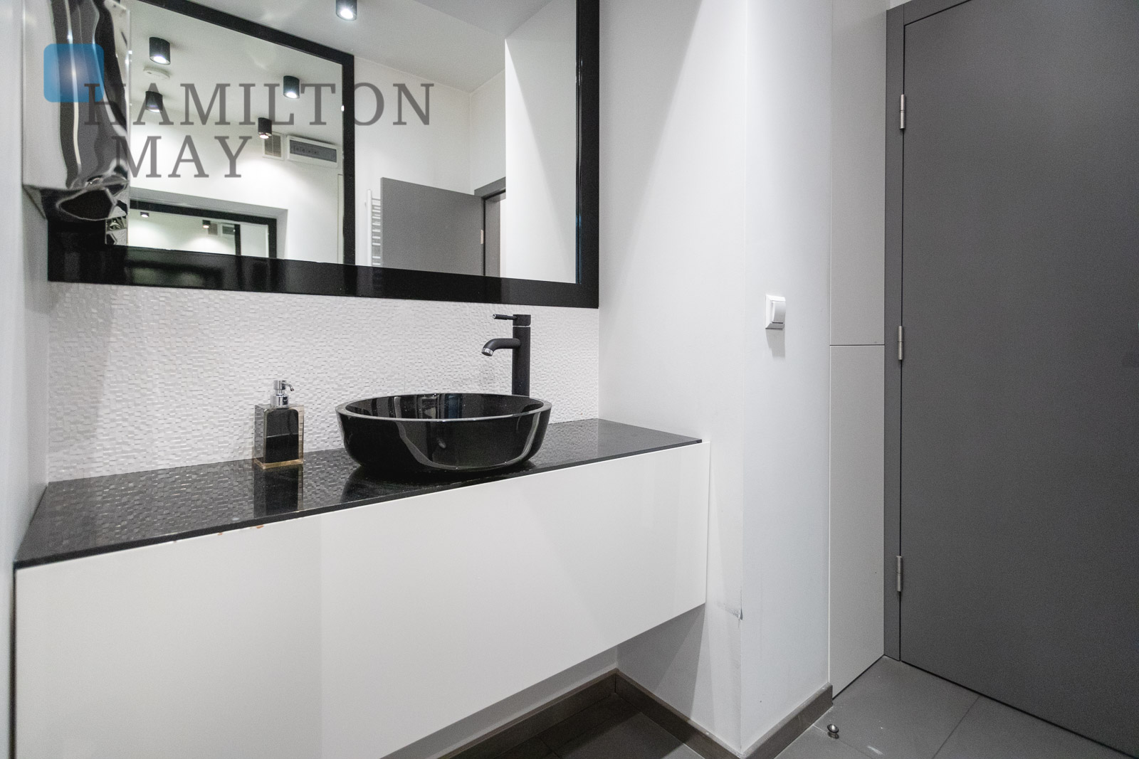 A commercial space with a tenant offered for sale in a modern, discreet townhouse in the Kazimierz district Krakow for sale