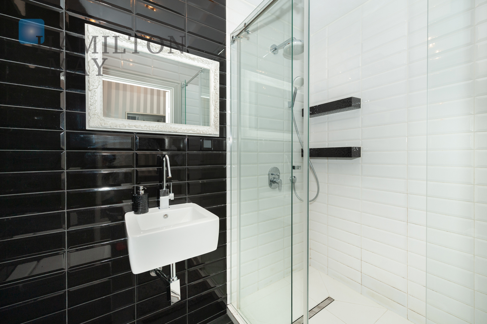 A modern and comfortable two room apartment by the Klif shopping center Warsaw for rent