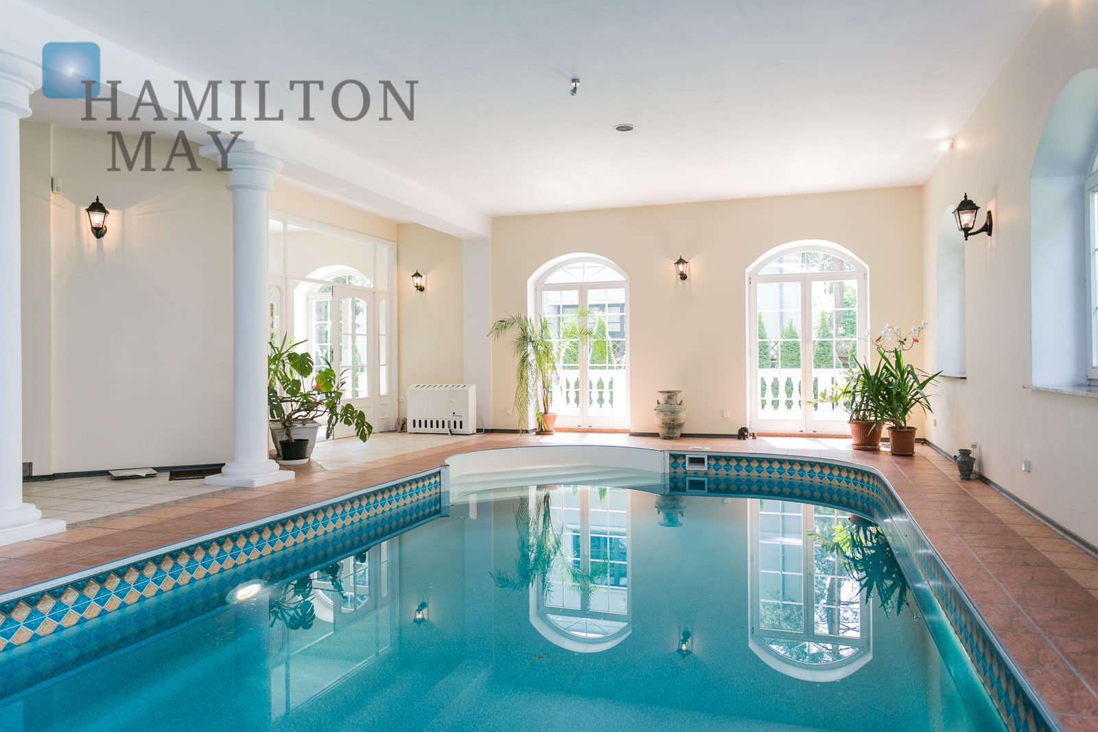 Luxurios mansion with swimming pool, located in the prestigious area of Konstancin Warsaw for sale