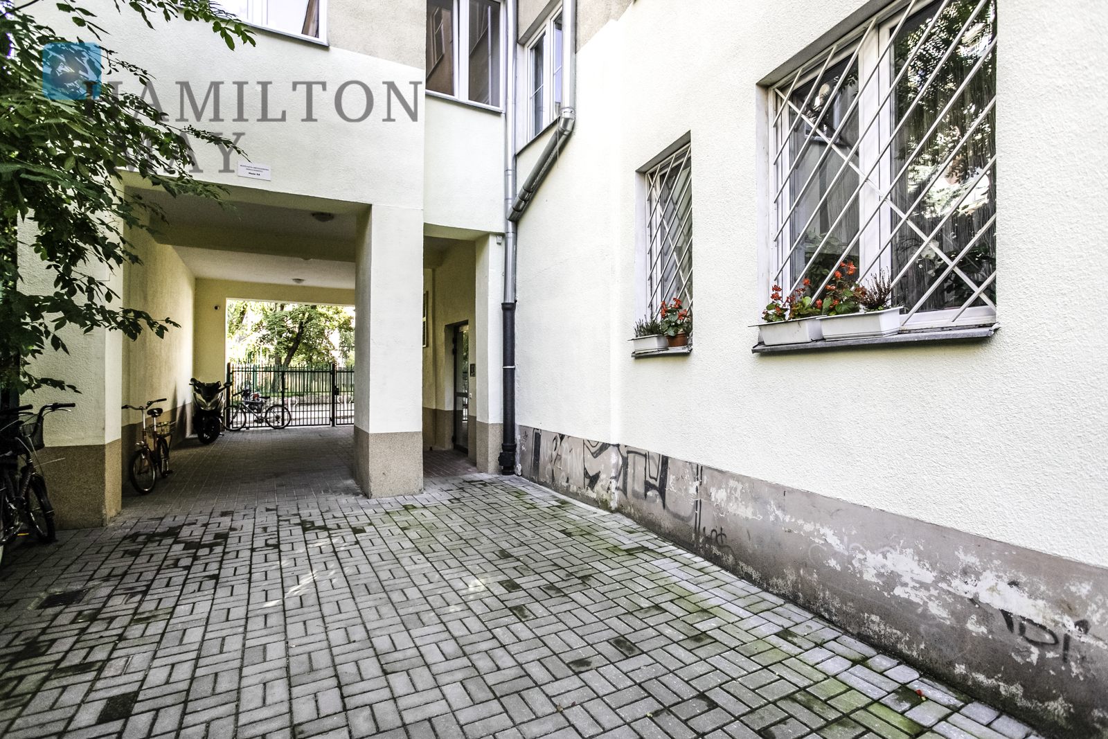 Apartment with a balcony in a tenement house at the backyard of Hoża Street near Pl. Trzech Krzyży Warsaw for sale