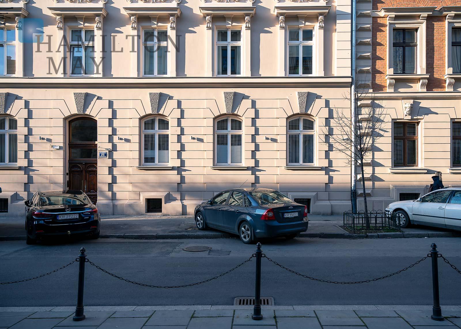 Cichy apartament w zabytkowej kamienicy z pięknym widokiem na ogrody w ścisłym centrum Krakowa Kraków na sprzedaż